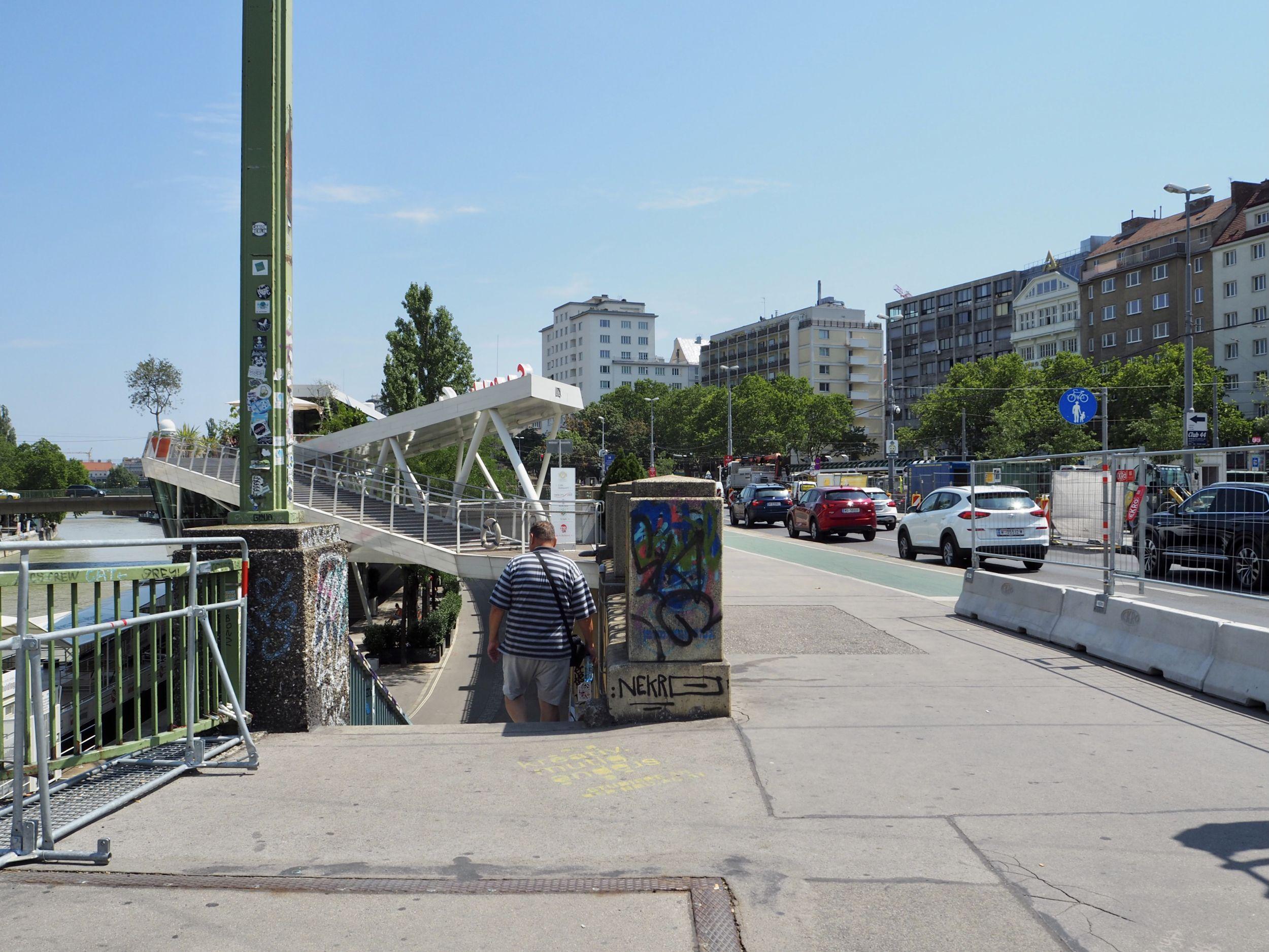 Person geht die Stiegen bei der Marienbrücke zum Donaukanal nach unten