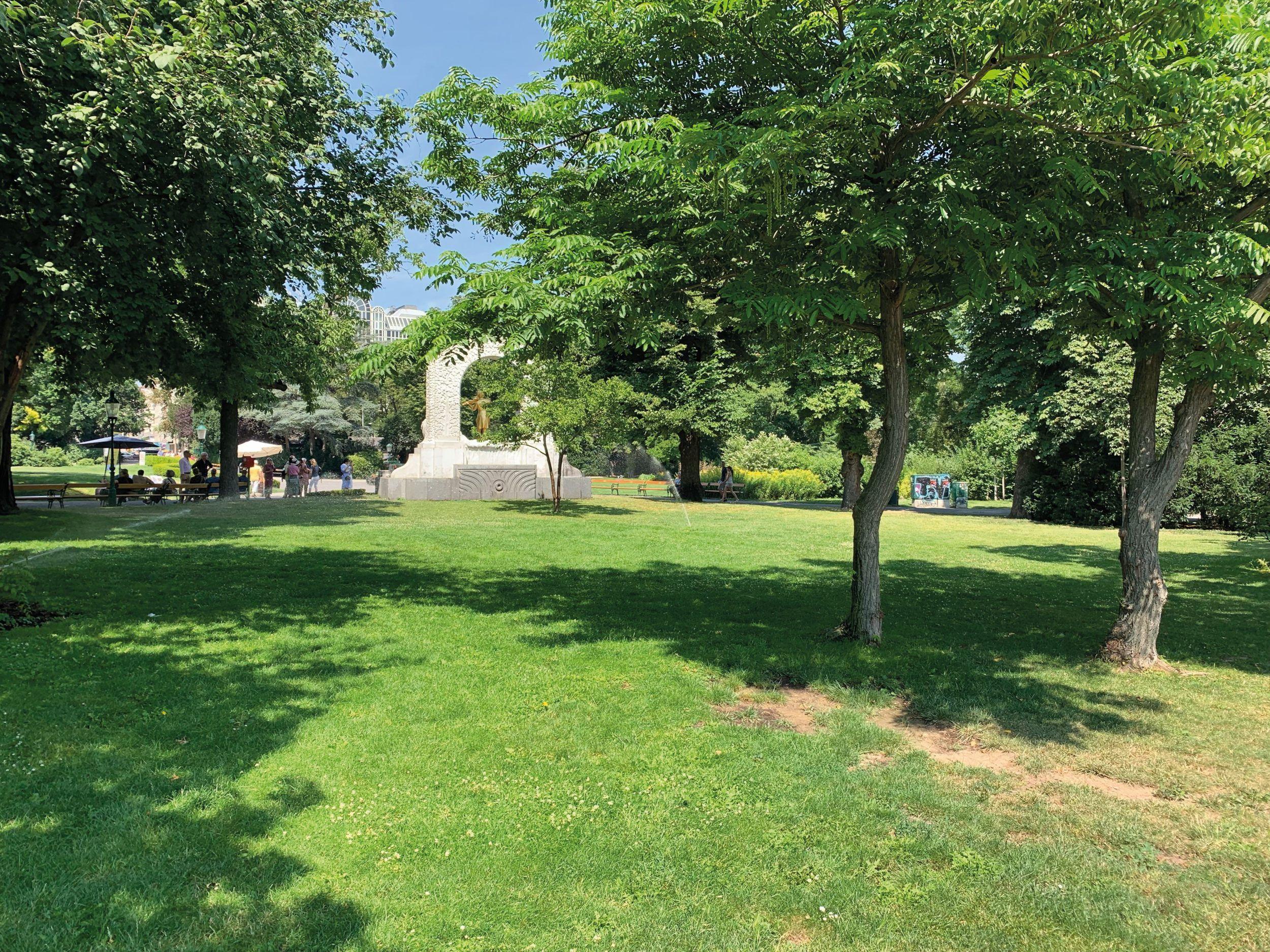 Im Wiener Stadtpark, im Hintergrund das Strauß-Denkmal